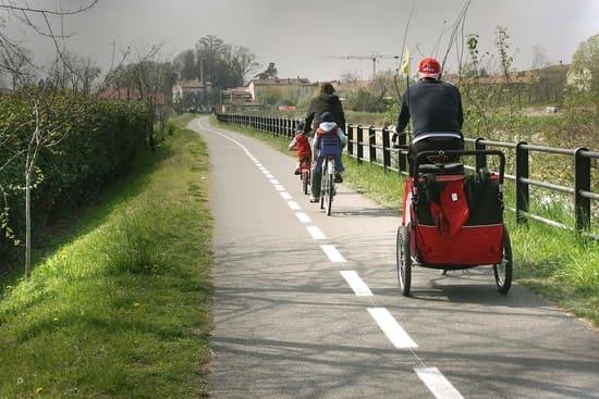 In-bicicletta-lungo-il-naviglio-Pavese